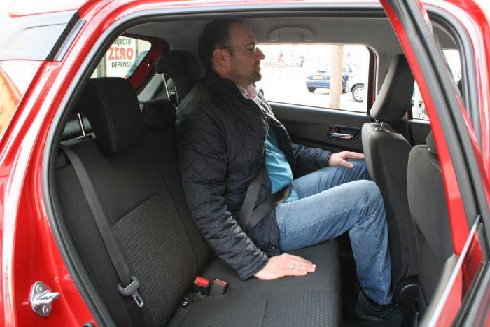 Karner Miklós kollégám az Az Autótól van vagy 194 centis, mégis be tudott ülni hátra. Több a hely az alacsonyabb tető ellenére