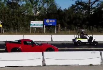 Golfkocsi nyomta le a Corvettet egy gyorsulási versenyen