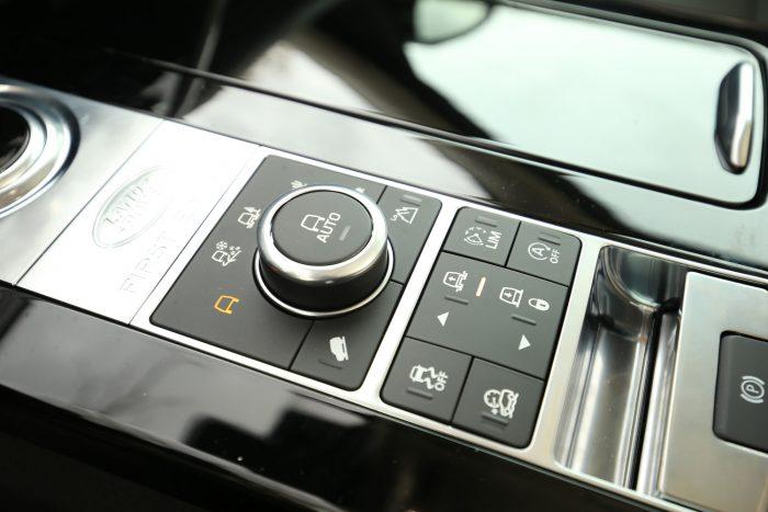 A Terrain Response 2 rendszer vezérlő forgótárcsája segítségével szabályozható a vontatmány és a jármű iránya tolatáskor.