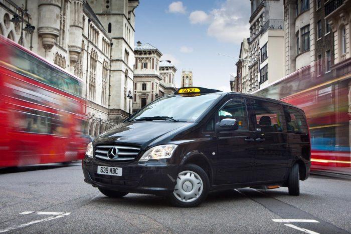 Csak kis sebességnél működik a hátsó kerekek kormányzása. Idén januárban jelent meg a taxi utóda a Vito 114 CDI technikájával