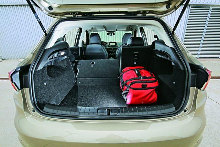 A Fiat a mezőny legtágasabb csomagterét adja. Döntött ülésekkel kissé emelkedő, de sík padlót kapunk.