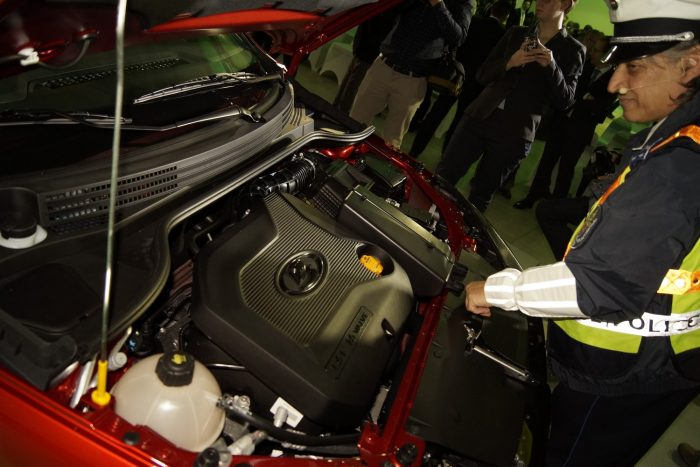 Badár Sándor szakérti az 1,6-os benzinmotort. Más egyelőre nincs a kocsihoz