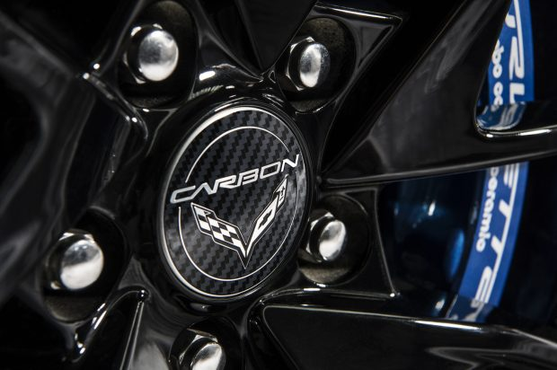 Black wheels with machined grooves and Carbon-logo center caps c