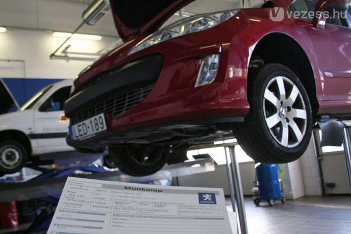 Érdemes márkaszervizes állapotfelmérésre vinni a használt 308as Peugeot-t is. A 15 000 Ft körüli költség eltörpül ahhoz képest, ha elkerlhetönk egy rondán javított, visszatekert órás autót