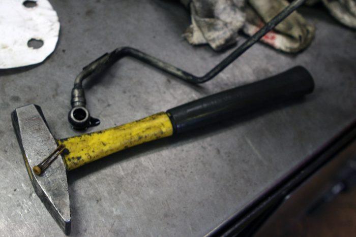 A kalapács fején az 1,6 HDi apró olajszűrője, mögötte a turbó olajnyomócsöve. A csőben a motorolajban lévő koksztól eltömődő szűrő elzárja a kenőanyag útját, olaj híján a feltöltő tönkremegy. Van olyan autószerelő ismerősöm, aki ezt a szitát azonnal kivette a sajátjából