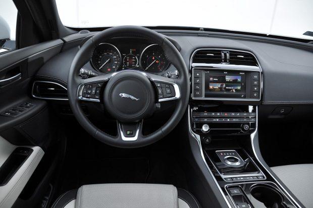 Jól néz ki a bőrrel varrott műszerfal, de a minőségérzet összeségében átlagos a Jaguar XE-ben