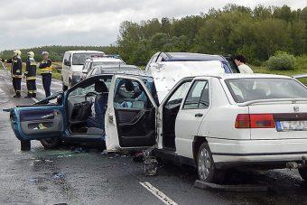 Öt autó rohant egymásba, sérültek