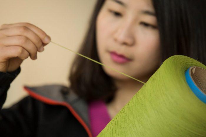 Bambuszfonal és Janet Yin, a Ford anyagkutató laboratóriumának munkatársa