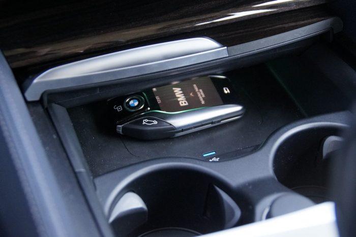 A Display Key, amint éppen tölti magát az induktív töltős fészkében