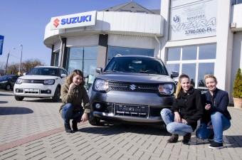 Három lány egészen intim viszonyba került az új Suzukival