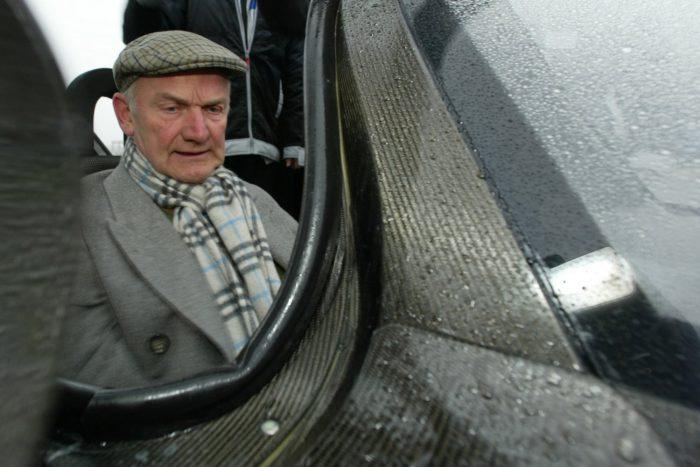 Továbbra is az igazgató tanács tagja marad Ferdinand Piëch, akit a képen 2002-ben, a VW 1-literes autójának volánja mögött láthatunk.