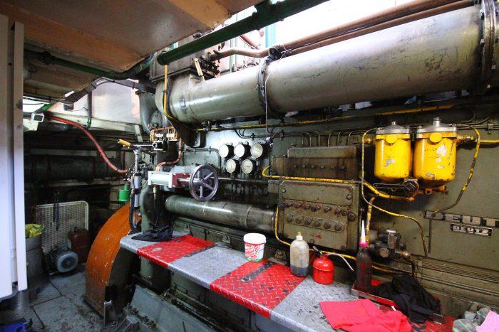 Bazinagy dízelmotor bömböl a gépházban