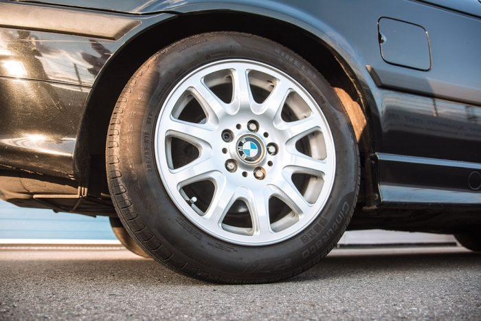 A BMW-re szériában 16-os felniket szereltek 225-ös abroncsokkal. 17-es papucsokkal jobban mutatna