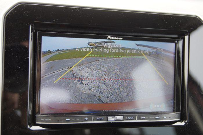 Szinte messzebb van a képernyő a szememtől tolatáskor, mint a kocsi feneke