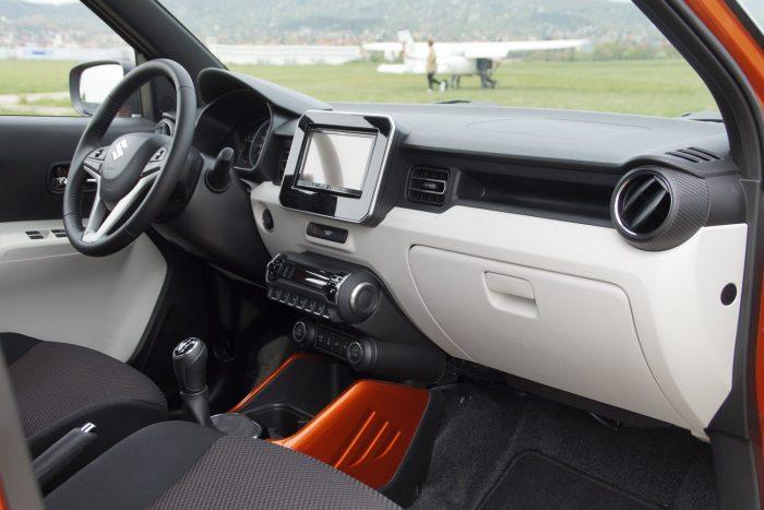 A fehér és az autós színére fújt elemek nagyon feldobják a kabint