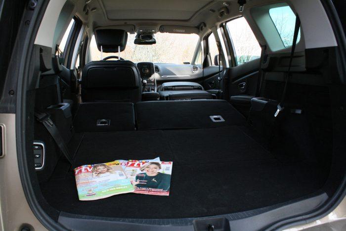 Variálhatósága elmarad a különálló ülésekkel szerelt elődétől, de a Grandd Scénic továbbra is jó családi autó