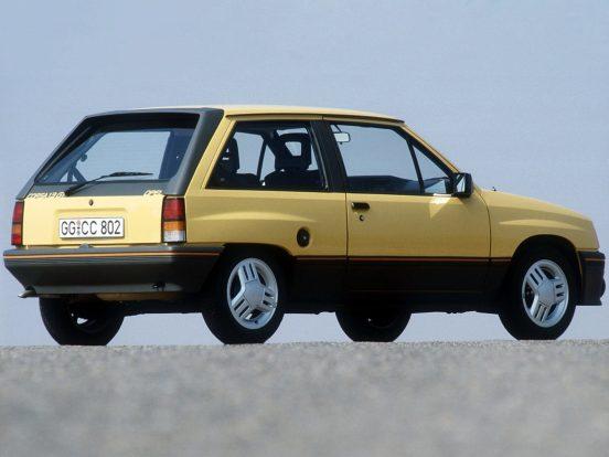Az első generációs Opel Corsa sportosabb változata is csinos, beirdalt háromküllős alufeliket kapott