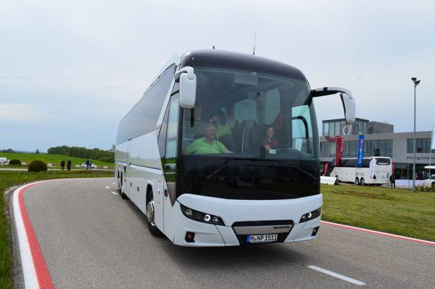 A 16 éves Keszthelyi Vivien egészen ráérzett a buszvezetésre, hiszen megszámolhatatlanul sok kört ment ezzel a Neoplan Tourlinerrel.
