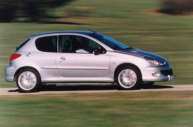 A Peugeot a 206 GT-vel váltotta meg a belépőjét a WRC mezőnyébe, ahol a 2000-es évek elején igen sikeresek is voltak. Ehhez azonban szükség volt arra, hogy az utcai változat kicsit hosszabb lökhárítókat kapjon a szigorú méretbeli szabályok miatt. Motorja az RC-ből származó 2 literes négyhengeres, 180 lóerővel.