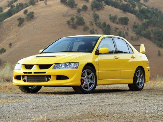 A Mitsubishi Lancer Evo sorozatát is a versenyszellem hívta életre, már a kezdetektől a rallis részvétel volt az indok. A nyolcadik generáció talán az egyik legnépszerűbb. A négyhengeres turbós benzinmotor itt közel 300 lóerőt teljesít, ami az összkerékhajtással együtt igazán stabil és gyors autózást ígér. Brembo fékek, Bilstein gátlók és könnyített karosszéria járul hozzá a remek vezethetőséghez.