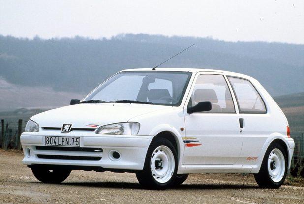 Bár csupán 100 lóerős teljesítményt kínált a Peugeot 106 Rallye változata, mindezt egy kicsivel több, mint 800 kilogrammos kasztniba préselve igazi kis élményautót ad fehér acélfelniken gurulva.