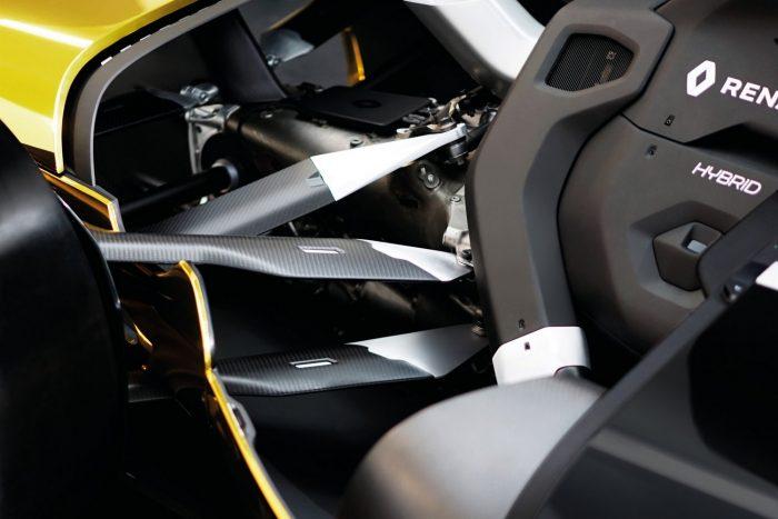 Az autók egymással, a boxszal és a versenybírókkal is folyamatos kommunikációs kapcsolatban állnak.