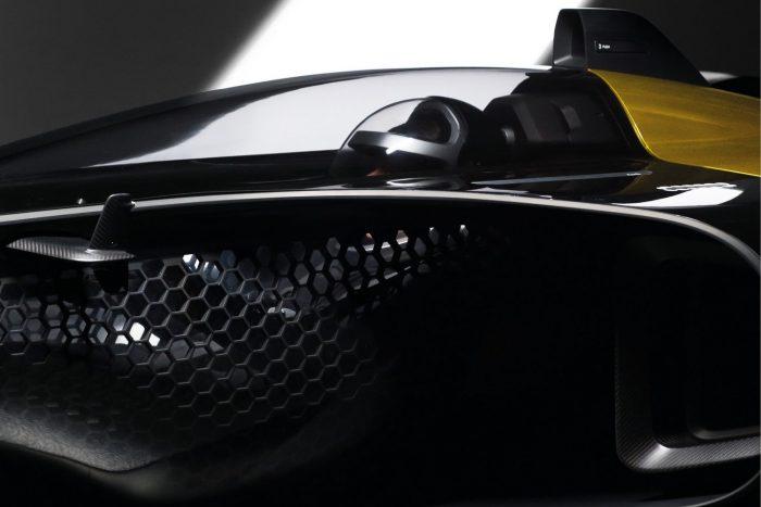 Átlátszó pilótafülke veszi körül a pilótát; a 3D nyomtatóval létrehozott, testre szabott kapszulában nyomon követhető a vezetés minden mozzanata