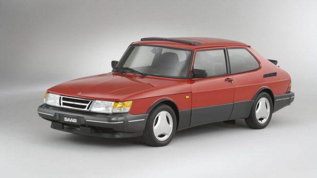 A szebb napokat látott Saab előszeretettel használt háromküllős felniket a csúcsmodelleken...
