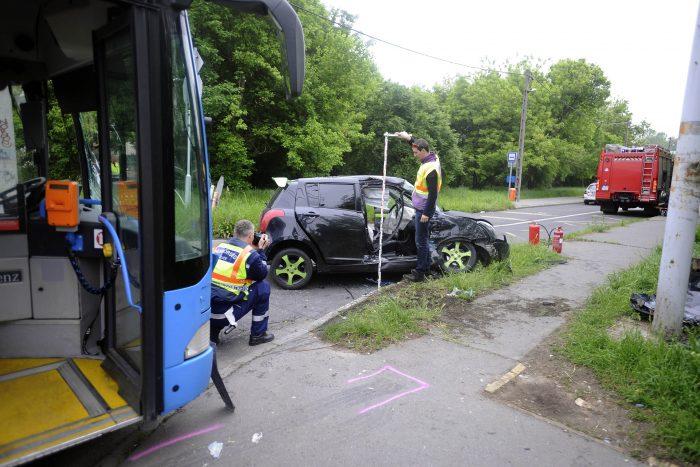 Budapest, 2017. május 7. Rendõri helyszínelés a XXIII. kerületben, a Szent László és Tartsay utca keresztezõdésében, ahol összeütközött egy autóbusz és egy autó 2017. május 7-én. A személygépkocsiban két ember megsérült. MTI Fotó: Mihádák Zoltán