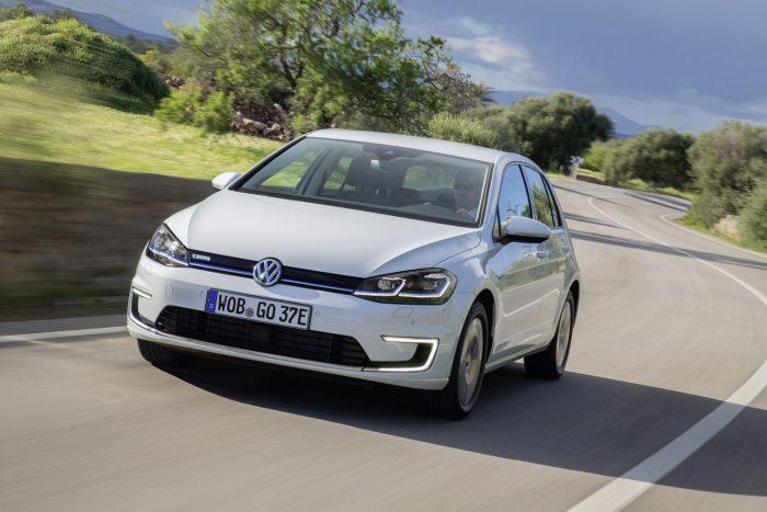 Normal, ECO, ECO+: az extraként rendelhető üzemmód kapcsolóval tovább növelhető az e-Golf hatótávolsága, persze ez némi lemondással is jár. Az ECO+ módban teljesen nélkülöznünk kell a légkondicionálást, és a menetteljesítmény is jóval visszafogottabb (40 kW teljesítmény, max 90 km/h). Az ECO-mód csökkentett teljesítményen (70 kW) még pislákol klíma, a végsebesség ilyenkor 115-re módosul (0-100km/h 13 másodpercre nő). A poroszkálásból egy padlógázzal azért mindig magához téríthetjük ez e-Golfot.