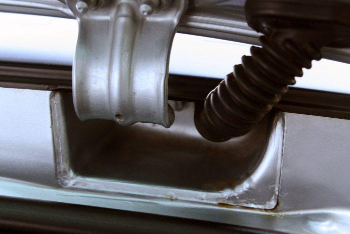 A korabeli Fabiákban és Polókban is érdemes ellenőrizni, korrodál-e a karosszéria a csomagtérajtó zsanérja körül. Itt már volt javítás, mégis rozsdásodnak a lemezek