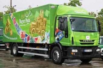 Bejárja az országot a posta különleges teherautója