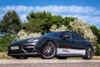 250 km/órával hasított a Renault, amikor balról érkezett a meglepetés 1