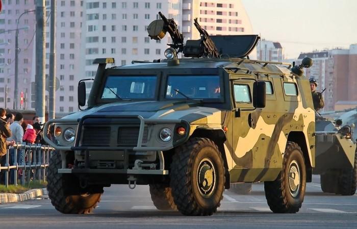 GAZ-2975 Tigr, avagy az orosz Hummer. Az 5,5 tonnás páncélozott terepjáró megfelel a modern hadviselés kihívásainak, orrában amerikai dízelmotor (Cummins) dolgozik és termel 215 lóerőt, hogy az összkerékhajtású terepjáró bárhova el tudja juttatni személyzetét.