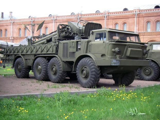 ZIL-135 - A nyolckerekű Zil nem a legnagyobb, legerősebb orosz, de kétség kívül a legkeményebb. Az 1960-as években fejlesztett katonai tehergép több fronton is bizonyított, két 6,9 literes V8-as motorja szinte bárhova eljuttatta a katonákat, akik izibe kilőhették a 16 BM27-es rakétát.