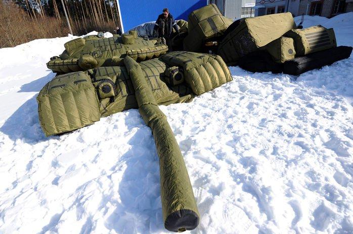 Felfújható katonai járművek - Na jó, ezeket legfeljebb a szél fújja el, mégis itt a helyük, mert a hadviselésben fontos szerepet játszanak, és az egyik legnagyobb gyártójuk az orosz Rusbal. Rendelhetünk tőlük kamu repülőt, hangárt, radarállomást, amelyek műholdról megtéveszthetik az ellenséget. És nincs nagyobb győzelem, mint ha egy olcsó orosz lufira lőnek el egy több milliós rakétát.