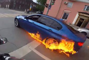 Tűzbe jött a BMW M5, hiába lépett a sofőr a gázra, nem segített a menetszél