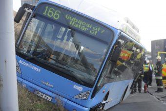 Repültek az utasok a szembe sávba keveredő buszon