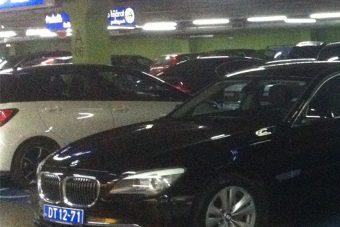 Egy diplomata-BMW olyat parkolt a budaörsi Ikeában, hogy öröm nézni