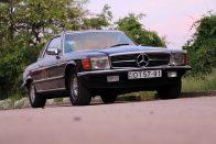 Nem harsány, mégis feltűnő az arany színnel díszített veterán Mercedes 5