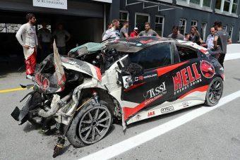 Durva balesetet úszott meg a magyar autóversenyző