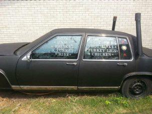 Utasok helyett oldalas zsírja izzad ebben az öreg Cadillacben