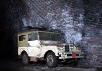 Érdekes öreg autók rohadnak egy beomlott angol alagútban