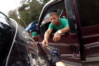 Váratlan magyar szavak egy kanadai videón: majdnem elgázolták a motorost, majd elküldték fékolajért