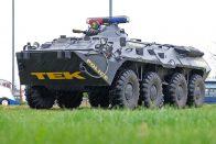 Átviszi a katonai csapatszállító hátán tartva ezt a terepjárót a túlsó partra? 1