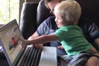 Iszonyat jó arc ez az 1 éves kisfiú, minden autót felismer