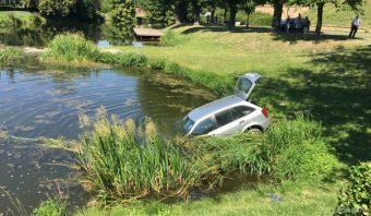 Tóból húztak ki egy autót Óváron – fotók