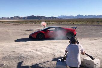20 milliméteres lövedéket küldtek át egy Lamborghinin