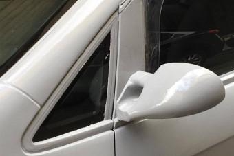 Csúnyán elbántak ezzel a Pesten parkoló autóval