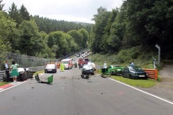 Nagy karambolban 10 autó tört a Nürbugringen